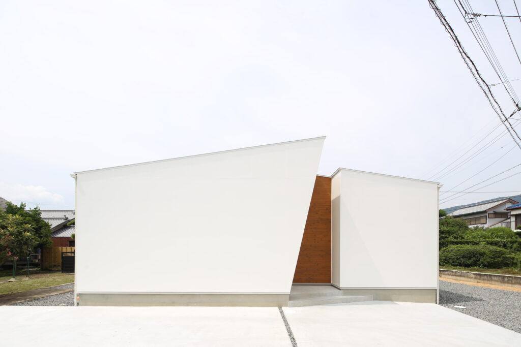 シンプルだけど目を引くデザインの家