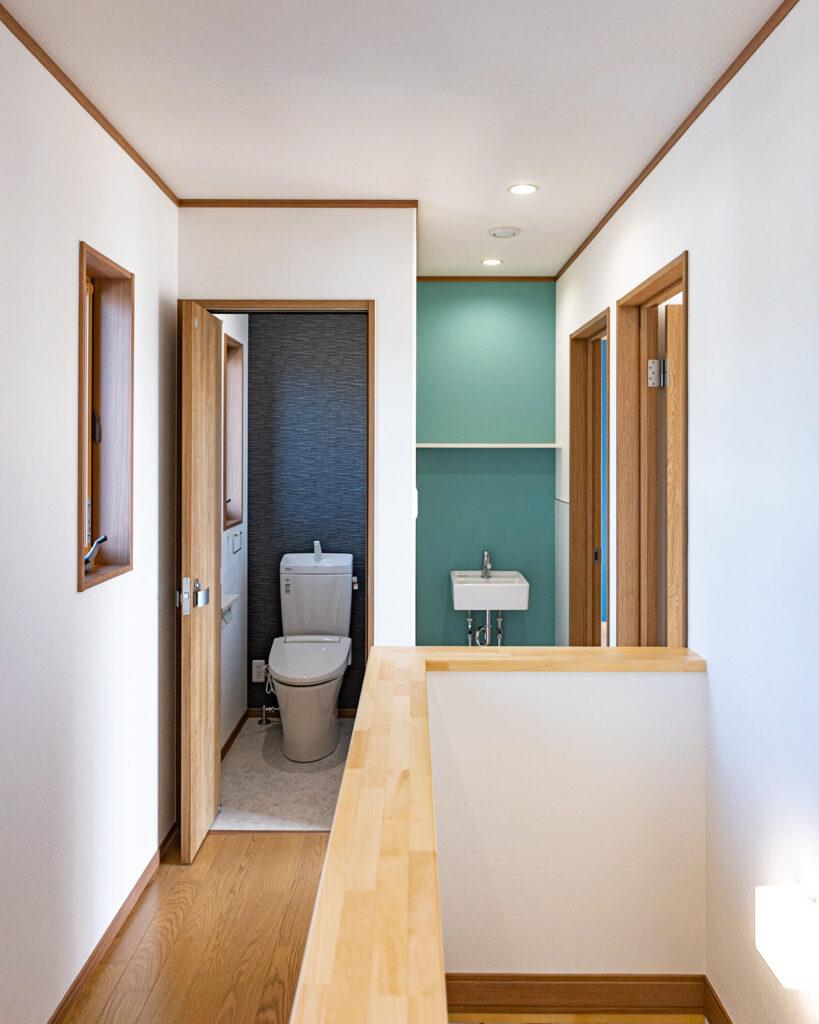 ブルーのアクセントクロスが印象的な二世帯住宅【岐阜/羽島/注文住宅/新築】